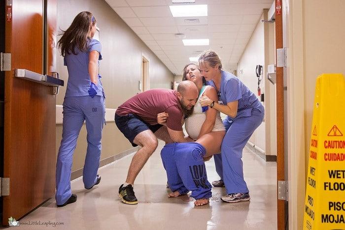 Le foto del parto fulmineo di Jes nel corridoio dell'ospedale