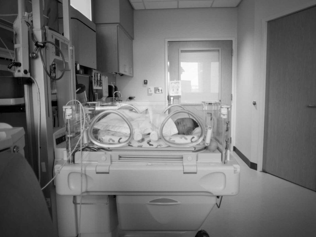 """""""Sei perfetta"""": la mamma scopre dopo il parto in acqua che la figlia è down"""