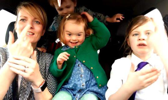 Il karaoke dei bambini down con le loro mamme è il video più bello di sempre