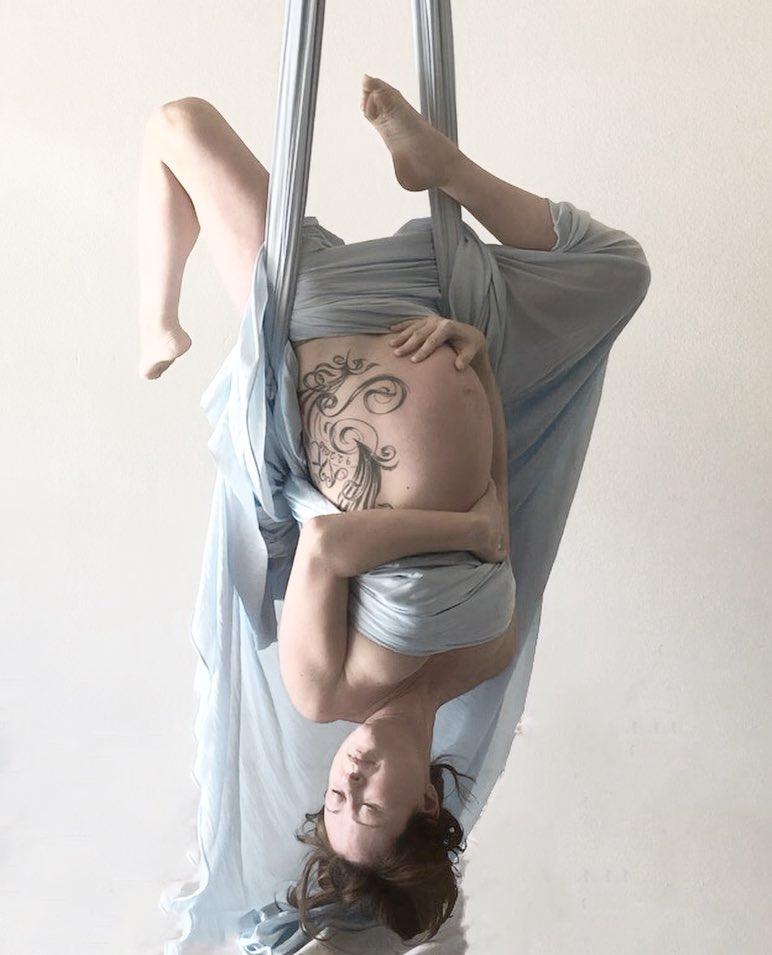 La gravidanza in volo di Jillian, sospesa sulle fasce