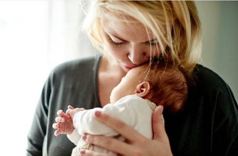 """""""Perché abbiamo mangiato la placenta e di cosa sa"""": il racconto di 6 mamme"""