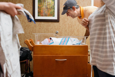"""""""Abbiamo assistito alla nascita di nostro figlio"""", la gioia dei genitori adottivi in 14 foto"""