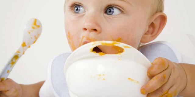 Le tappe dello svezzamento neonati: quando e come dare i cibi?