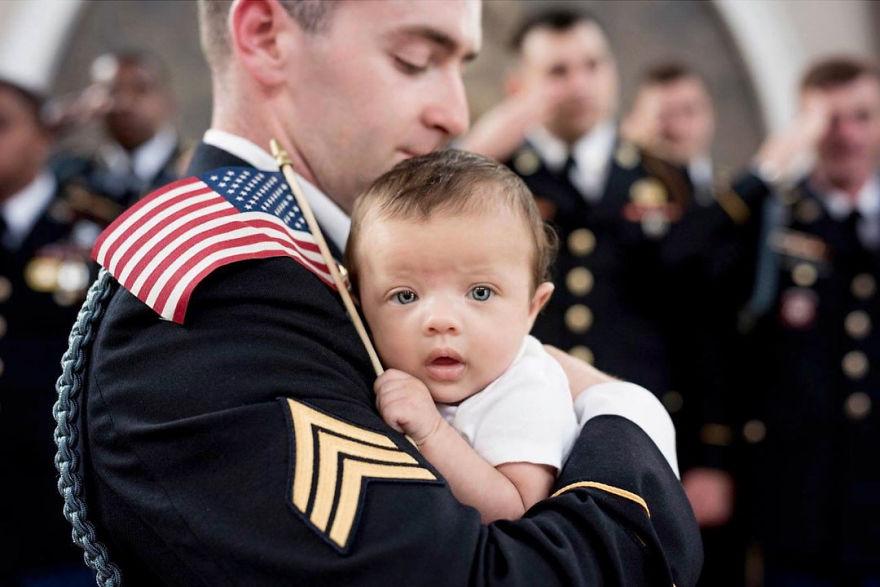 Lo scioccante servizio fotografico alla figlia del soldato caduto in guerra