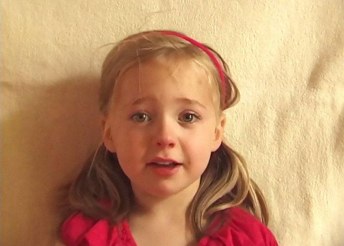 Il papà filma la figlia tutte le settimane per 18 anni: il risultato