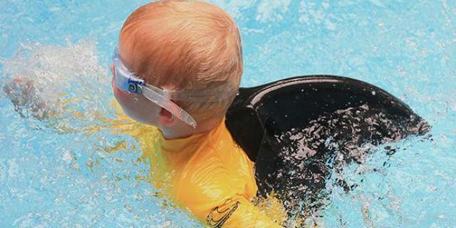 La pinna salvagente che trasforma i bambini in squali che piace anche ai grandi
