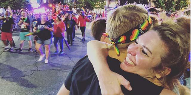 """""""Mia mamma non mi ama più"""": gli abbracci delle altre mamme ai figli gay rifiutati"""
