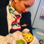 L'hostess allatta il neonato di un'altra in volo