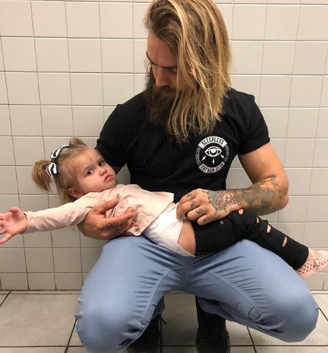Anche i papà possono cambiare i pannolini (e vogliono poterlo fare)