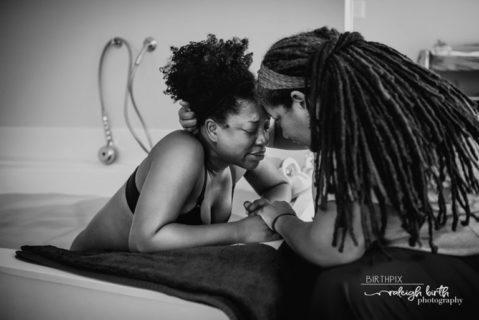 Il miracolo crudo e poetico della nascita in 9 foto vincitrici del 2019