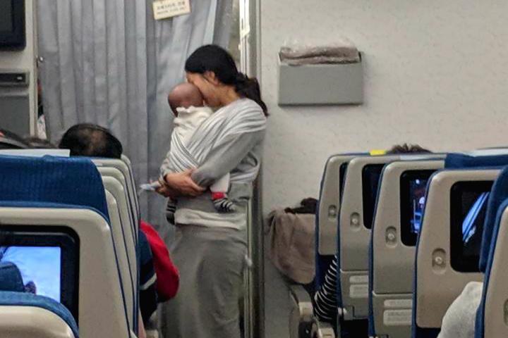 Il gesto bellissimo della mamma con il neonato in aereo