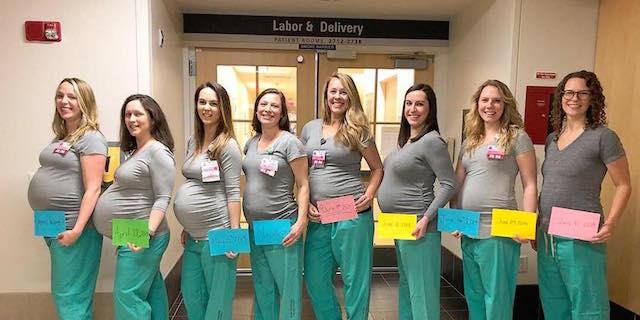 Il tenero (e virale) scatto delle 9 infermiere incinte del reparto maternità