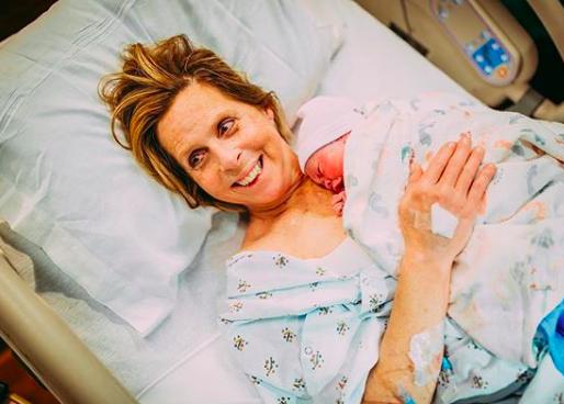 La storia di Cecile, la donna di 61 anni che ha dato alla luce sua nipote