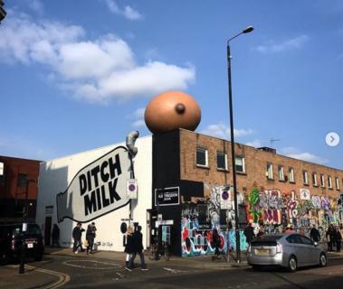 """Il """"mistero"""" dei seni giganti comparsi (per una buona causa) sui tetti di Londra"""