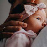 Perché alcuni neonati smettono di piangere solo quando ci si alza in piedi
