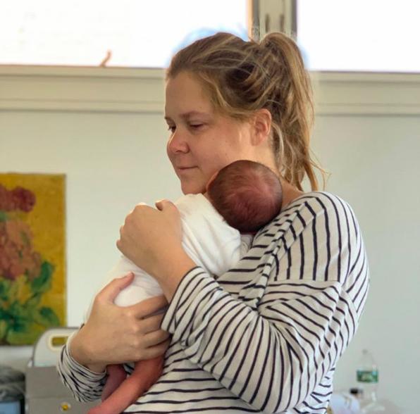 L'ironia di Amy durante la gravidanza tra iperemesi e mutande post parto