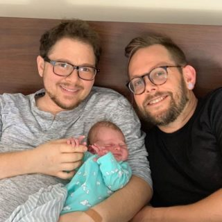 Le potenti foto del parto di Eli, il papà che ha dato alla luce sua figlia