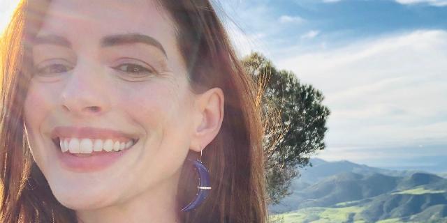 Anne Hathaway, mamma bis dopo tanto dolore e la scelta di stare lontano dai social