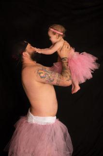 Papà e figlia posano con lo stesso tutù in 9 foto dolcissime scattate dalla mamma
