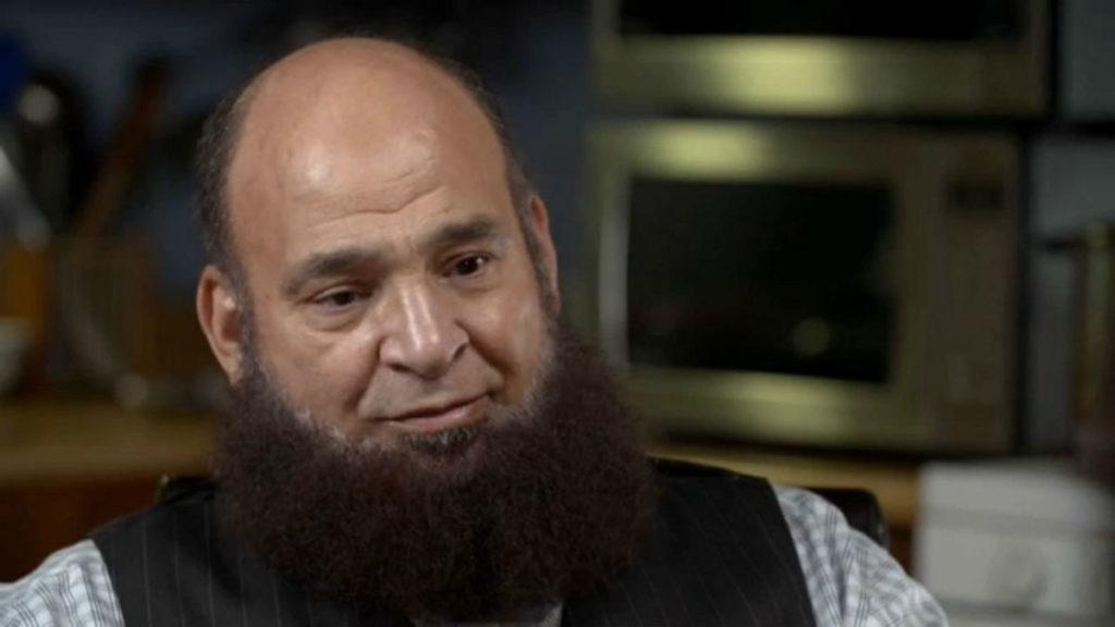 """Mohamed Bzeek, chi è il """"papà coraggio"""" che adotta i bambini malati terminali"""