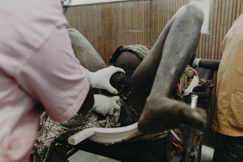 Il parto in Burkina Faso: 15 potenti immagini tra vita e rischio di mortalità