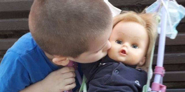 """""""I maschi non giocano con le bambole"""": la risposta perfetta di Giovanni, 6 anni"""