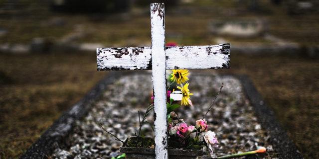 L'oltraggio dei feti seppelliti con la croce senza il consenso della madre