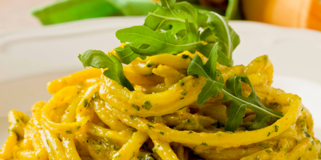 Spaghetti di kamut con pesto di rucola, sedano rapa e semi