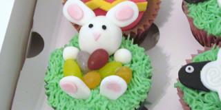 Muffin al cioccolato decorato a coniglietto