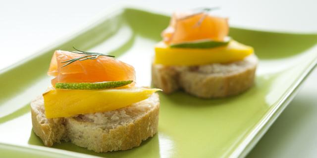 Crostini Robiola, Salmone e Mango