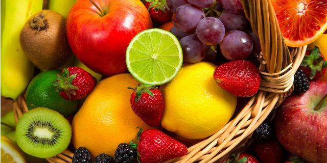 Consumare frutta fresca