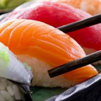 """A Milano (ma non solo) è allarme """"mal di sushi"""": ecco come riconoscerlo e cosa fare"""