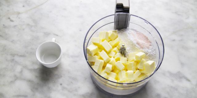 Per prima cosa dovete preparare l'impasto dei fagottini perché dovrà riposare. Mettete tutti gli ingredienti nel boccale del robot da cucina lasciando da parte l'acqua.