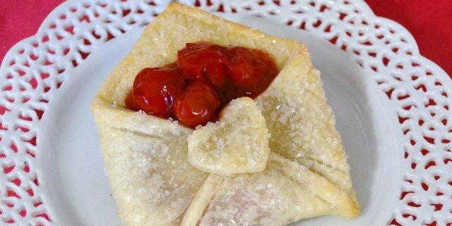 Buste di pasta brisé con cuore di ciliegia - Ricetta