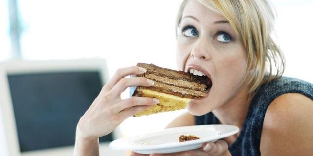 11 cose che solo le donne che amano mangiare capiscono