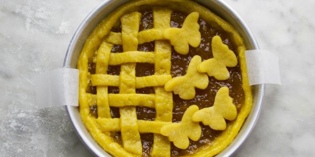 Ritagliare le farfalle con un taglia biscotti e completare la crostata.