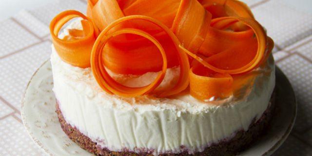 Al momento di servire la cheesecake, toglierla dal frigo e decorarla con dei nastri di carota ottenuti utilizzando un pelapatate.