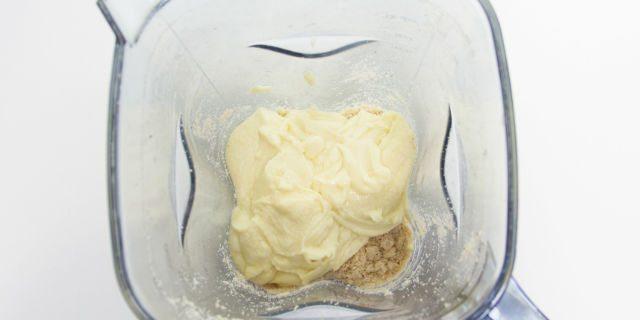 Unite il composto di cioccolato e burro al composto di nocciole e continuate a frullare fino a quando avrete ottenuto una crema liscia e omogenea.