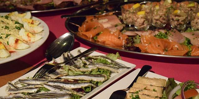Galateo: come non perdere la dignità davanti al buffet e mangiare tanto