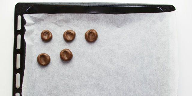 Togliere il panetto dal forno e dividerlo in tocchetti, quindi rotolarlo tra le mani (in caso ungerle leggermente) e posizionare le palline su una teglia.