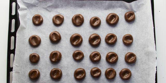 Schiacciare leggermente il centro di ogni biscotto, quindi infornare per 10 minuti a 170°.