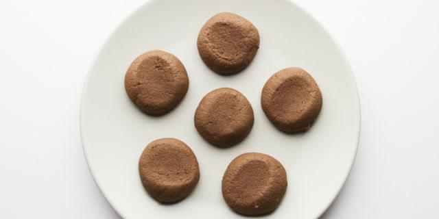 Sfornare i biscotti e lasciarli raffreddare completamente.