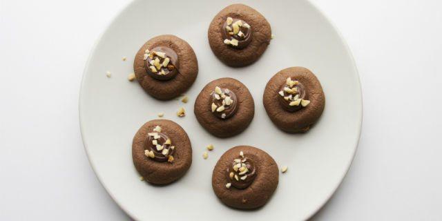 Guarnirli con Nutella (aiutandosi con un sac à poche) e finire con la granella di nocciole.