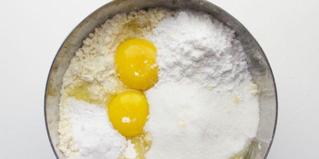Aggiungere le uova, lo zucchero, la fecola, il lievito e il latte.