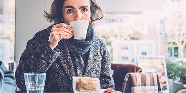 Il bicchiere d'acqua con il caffè: si beve prima o dopo?