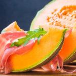 Perché d'estate mangiare prosciutto e melone o bresaola e Grana è una pessima idea