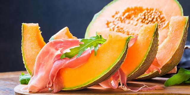 Perché d'estate mangiare prosciutto e melone potrebbe non essere una buona idea