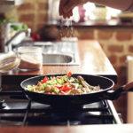 Cucinare con le pentole antiaderenti fa venire il cancro? La risposta dell'Airc