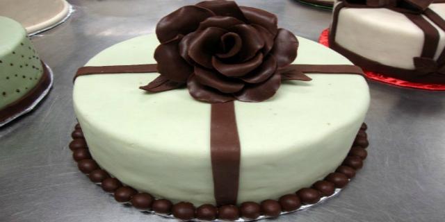 Mai provato il cioccolato plastico? la ricetta e 8 idee per decorare i dolci