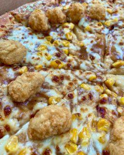 """Pizze strane e dove trovarle: in arrivo la """"Popcorn chicken pizza"""""""